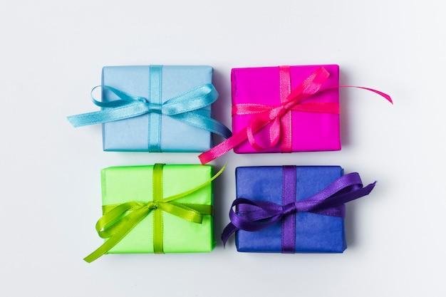 Plat lag kleurrijke verjaardagscadeautjes Gratis Foto