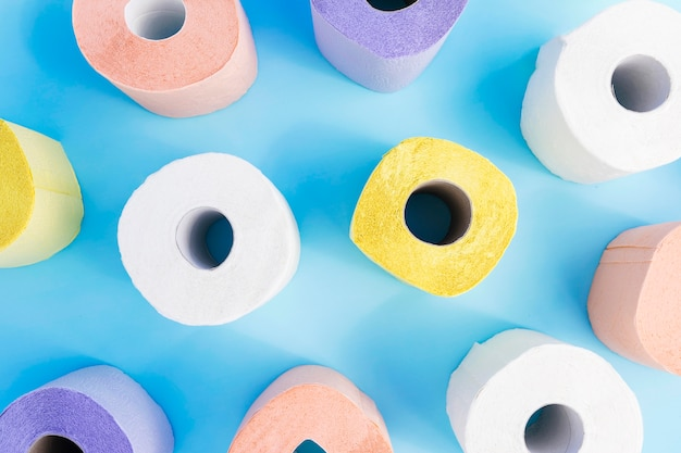 Plat lag kleurrijke wc-papier rollen op bureau Gratis Foto
