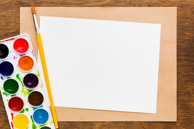 Plat lag leeg papier en kleuren Gratis Foto