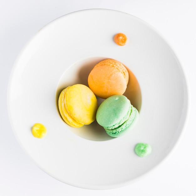 Plat lag macarons in diepe plaat Gratis Foto