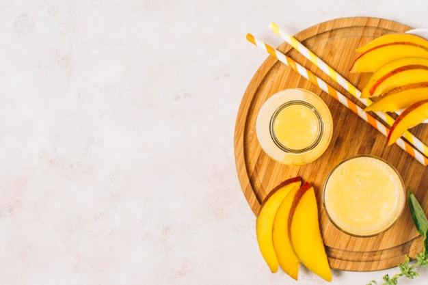 Plat lag mango smoothies met kopie ruimte Gratis Foto
