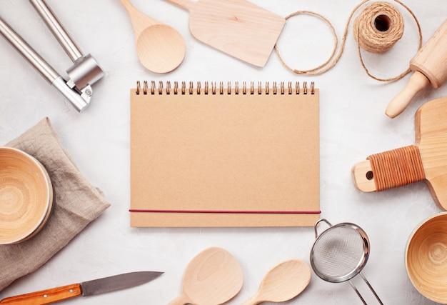 Plat lag met keukengerei en lege kopie ruimte. keuken receptenboeken, koken blogs, klassen concept Premium Foto