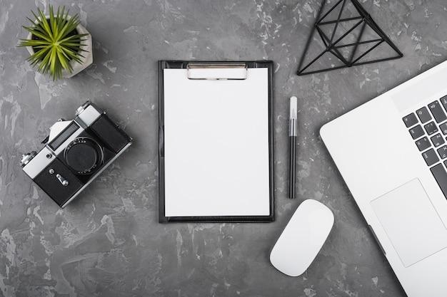 Plat lag minimalistisch bureauontwerp Gratis Foto