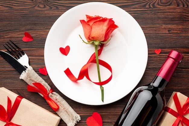 Plat lag mooie regeling voor valentijnsdag diner op houten achtergrond Gratis Foto
