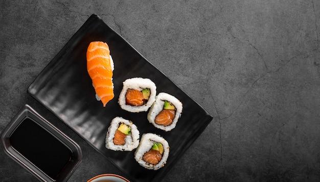 Plat lag nigiri en maki sushi met kopie ruimte Gratis Foto