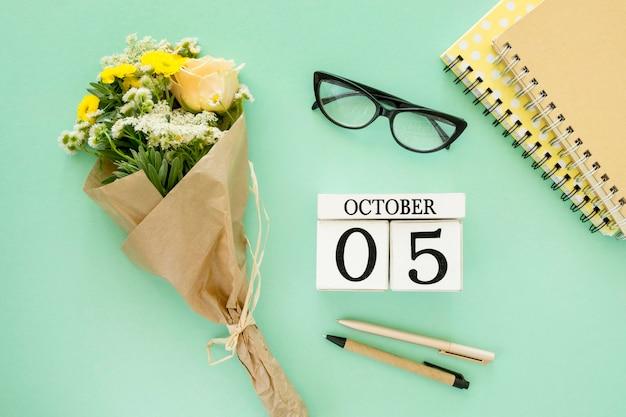 Plat lag notebooks en bloemen Premium Foto