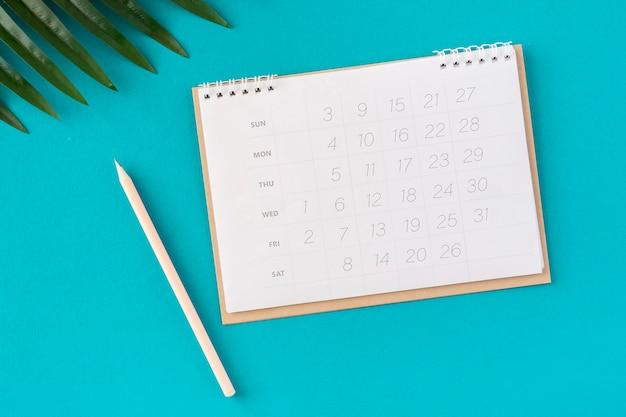 Plat lag planner kalender en bladeren Premium Foto