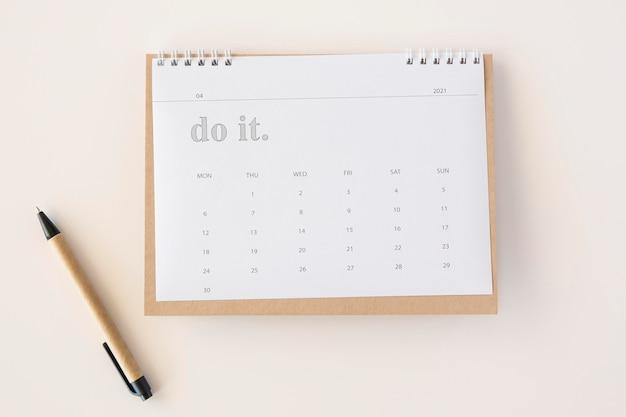 Plat lag planner kalender en pen Gratis Foto