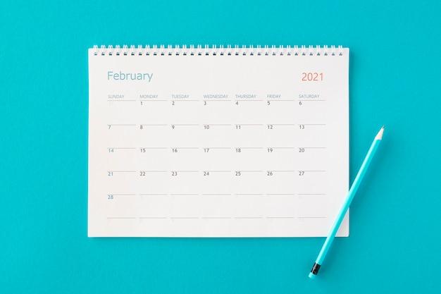 Plat lag planner kalender op blauwe achtergrond Gratis Foto