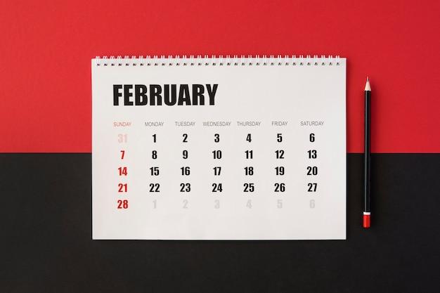 Plat lag planner kalender op rode en zwarte achtergrond Premium Foto