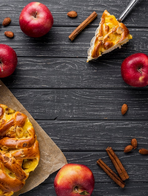 Plat lag rode appels en taart met kopie ruimte Gratis Foto