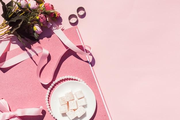 Plat lag roze bruiloft arrangement met kopie ruimte Gratis Foto