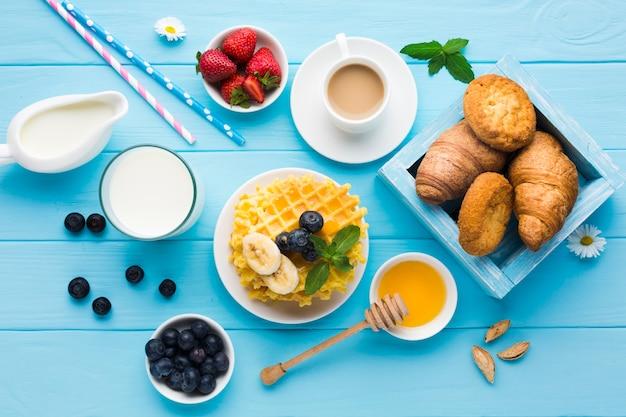 Plat lag samenstelling van een smakelijke ontbijtlijst Gratis Foto