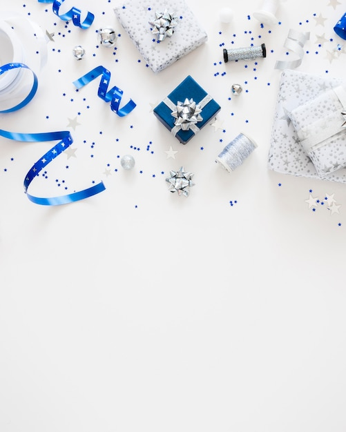 Plat lag samenstelling van feestelijk verpakte cadeautjes met kopie ruimte Gratis Foto