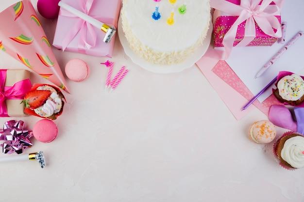 Plat lag samenstelling van verjaardagselementen met copyspace Gratis Foto