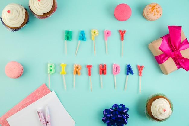 Plat lag samenstelling van verjaardagselementen Gratis Foto