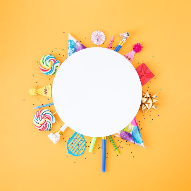 Plat lag samenstelling van verschillende verjaardagsobjecten in cirkel Gratis Foto