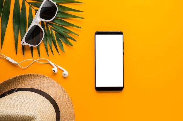 Plat lag smartphone met zomervakantie concept Gratis Foto