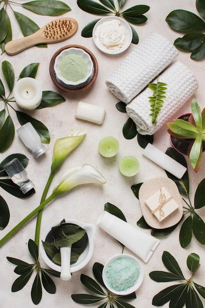 Plat lag spa concept met groene bladeren Gratis Foto