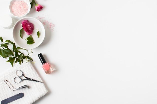 Plat lag spa concept met nagellak en kopie-ruimte Gratis Foto