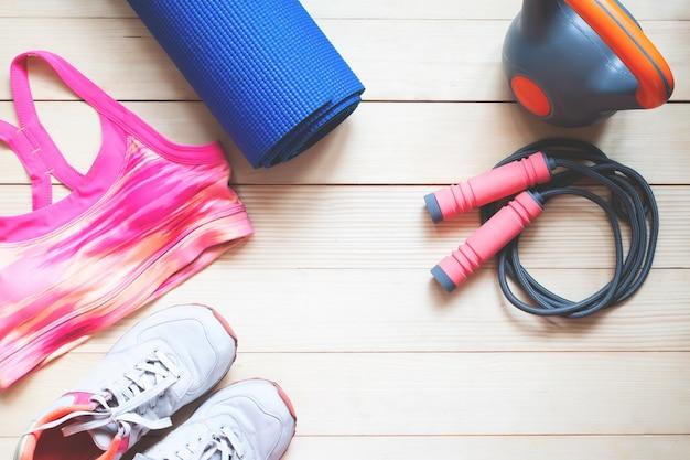 Plat lag sport en fitness artikelen op houten achtergrond. gezond en dieet concept Premium Foto