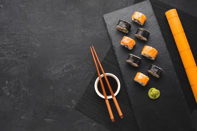 Plat lag sushi-regeling met kopie ruimte Gratis Foto