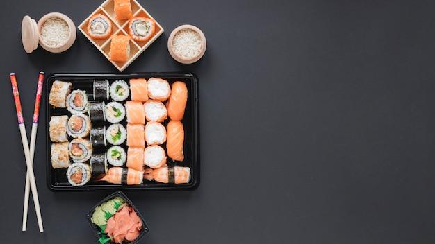 Plat lag sushi samenstelling met copyspace Gratis Foto
