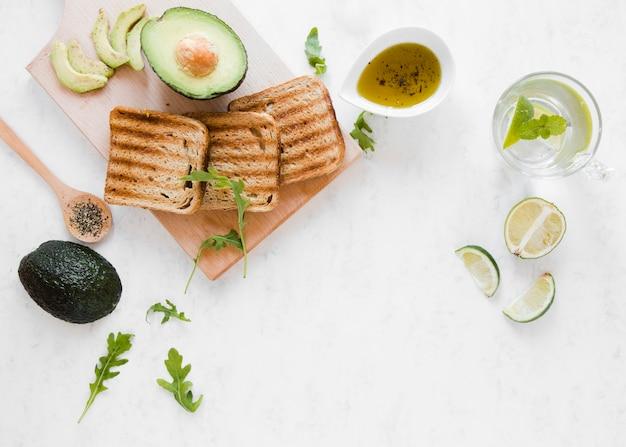 Plat lag toast met avocado Gratis Foto