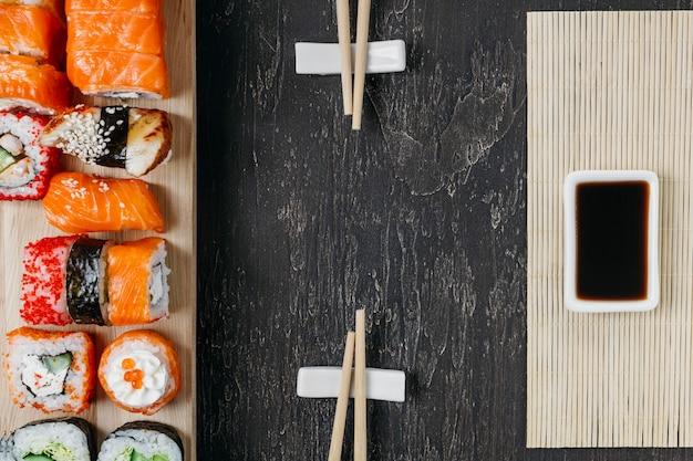 Plat lag traditionele japanse sushi met kopie ruimte Gratis Foto