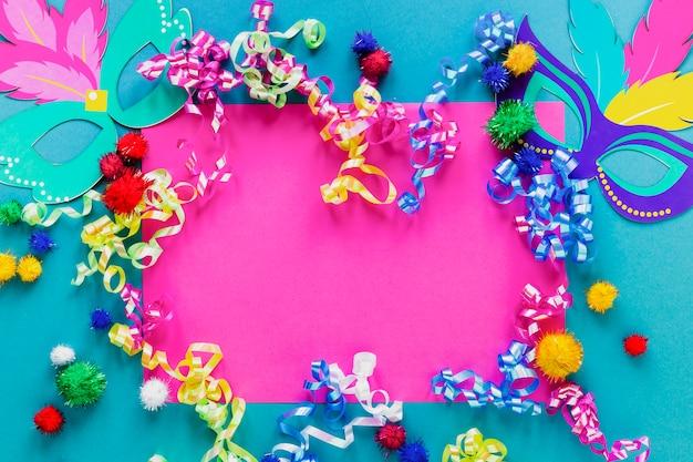 Plat lag van carnaval maskers en confetti Gratis Foto