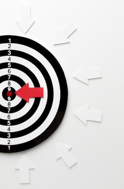 Plat lag van doel met pijlen die op bullseye wijzen Gratis Foto