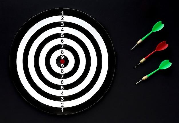 Plat lag van doel met set van darts Premium Foto