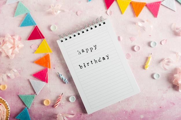 Plat lag van gelukkige verjaardag met op laptop met slinger Gratis Foto