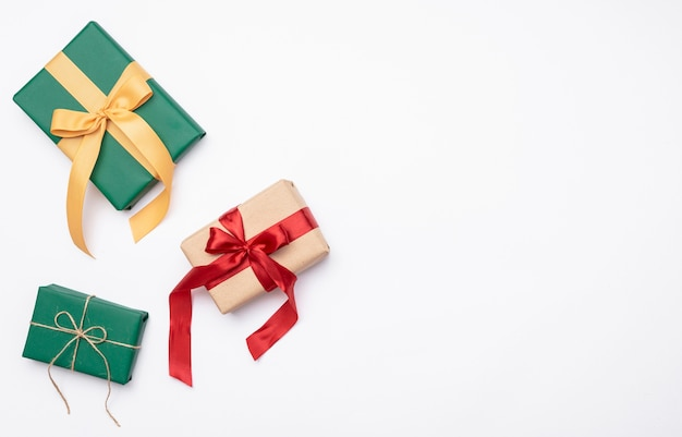 Plat lag van kerstmis presenteert op witte achtergrond Gratis Foto
