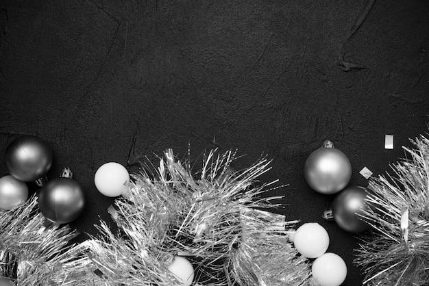 Plat lag van zilveren klatergoud en bollen Gratis Foto