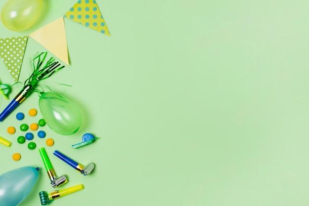 Plat lag verjaardag decoratie op groene achtergrond met kopie ruimte Gratis Foto