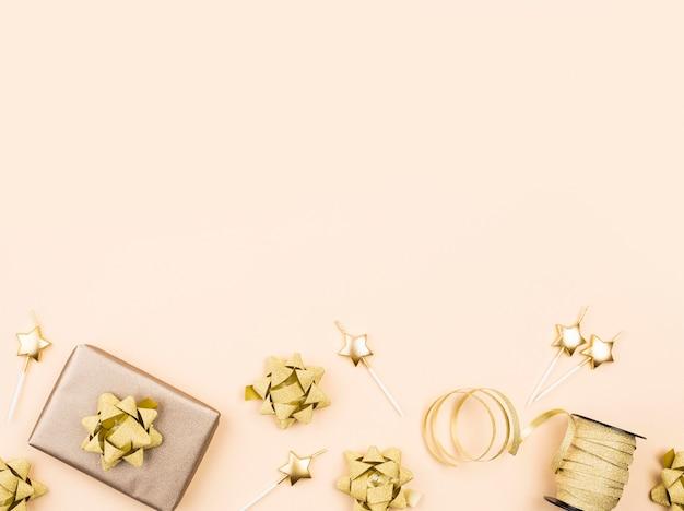 Plat lag verjaardagscadeau met lint frame Premium Foto