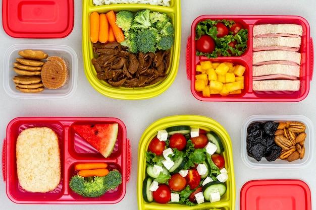 Plat lag verpakte groenten en fruit Gratis Foto