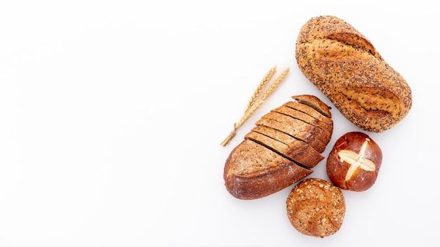 Plat lag verscheidenheid aan vers gebakken brood en kopie ruimte Gratis Foto