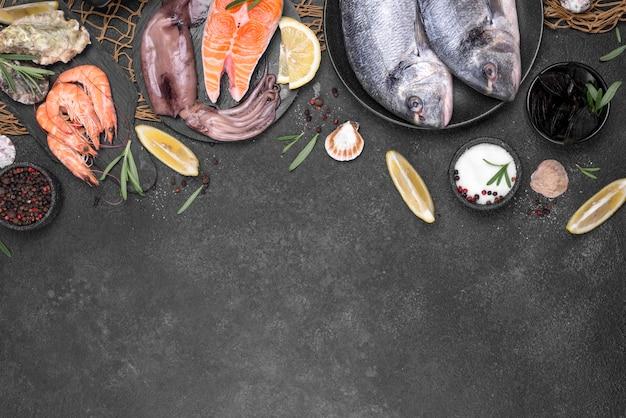 Plat lag vis en ingrediënten kopie ruimte Premium Foto