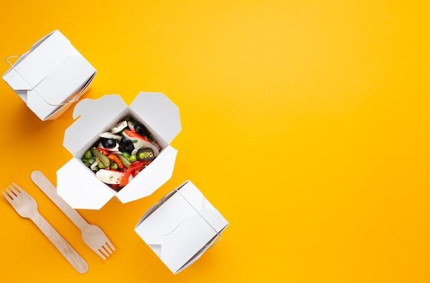 Plat lag voedsel frame met salade en kopie-ruimte Gratis Foto