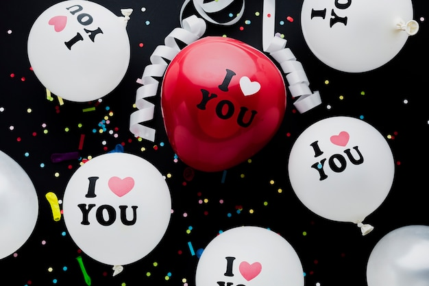 Plat lag witte en rode ballonnen regeling Gratis Foto