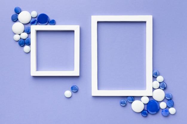 Plat lag witte frames met kiezelstenen Gratis Foto