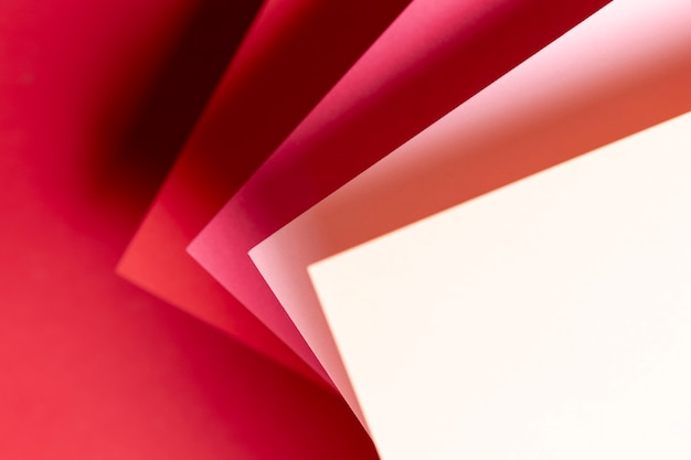 Plat lagen tinten rood papier close-up Gratis Foto