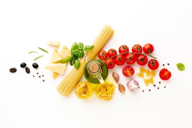Plat lay-out van ongekookte pasta en ingrediënten Gratis Foto