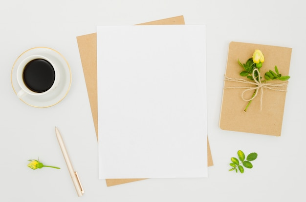 Plat lay-papier mockup met florale elementen Gratis Foto