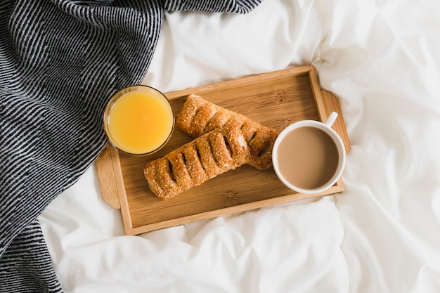 Plat legblad met jus d'orange en koffie Gratis Foto