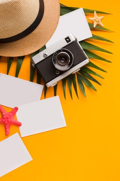 Plat leggen ansichtkaarten met vakantie concept Gratis Foto