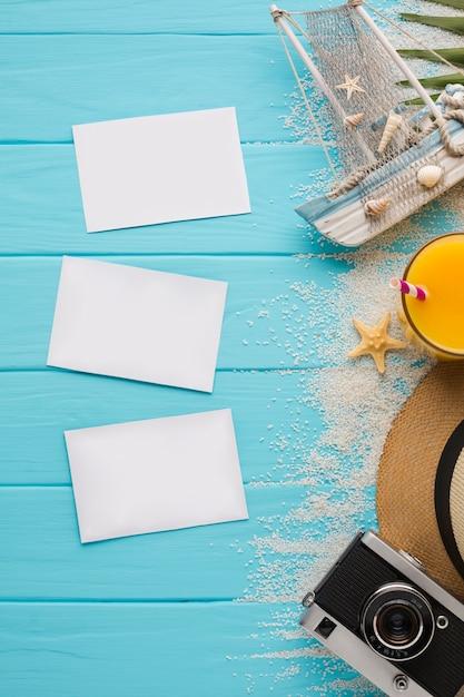 Plat leggen ansichtkaarten met zomer vakantie concept Gratis Foto