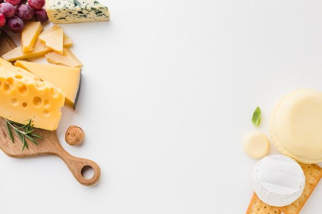 Plat leggen assortiment van kaas op houten snijplank Gratis Foto